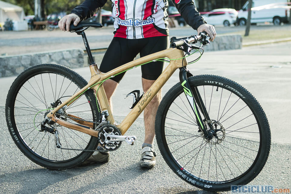 Una mountain bike de madera tope de gama «