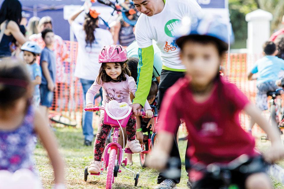 Niña Feliz Andar En Bicicleta: Enseñar A Los Chicos A Andar En Bici «
